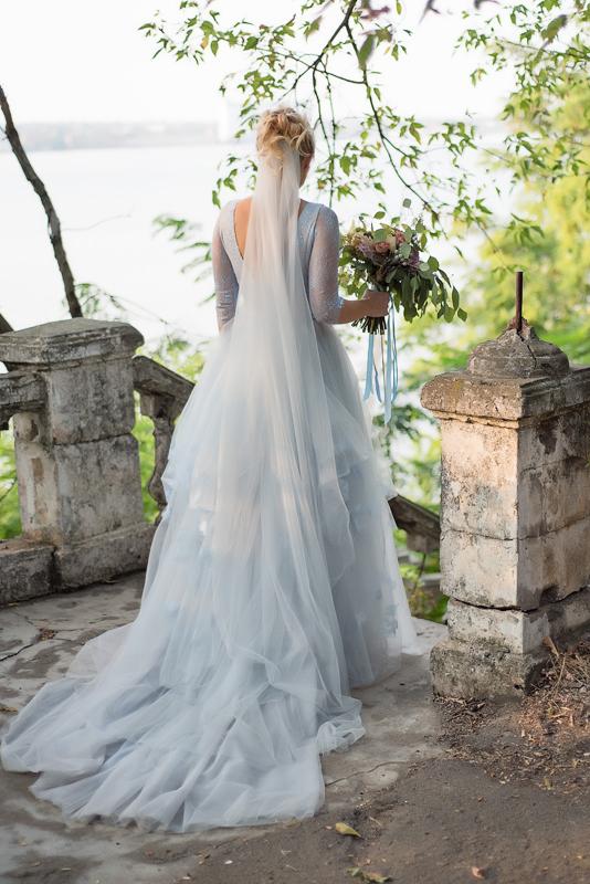 Фото невесты с букетом в руках со спины