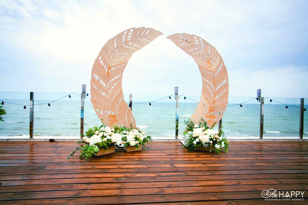 Декоративная свадебная арка в виде перьев свадьба Николаев