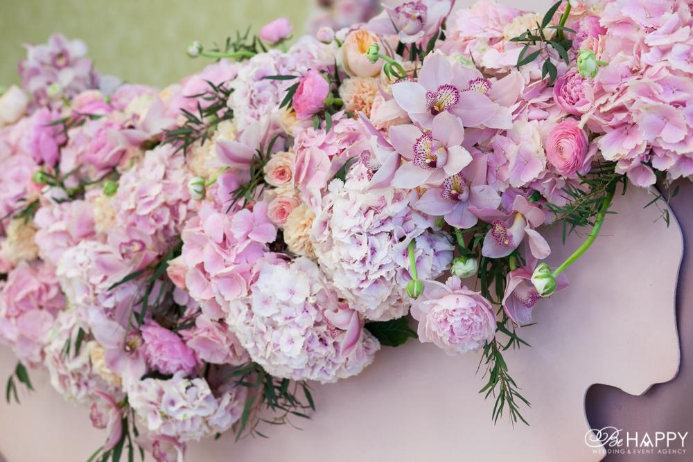 Цветочная композиция из розовых роз, орхидей и гортензий свадебный декор Николаев