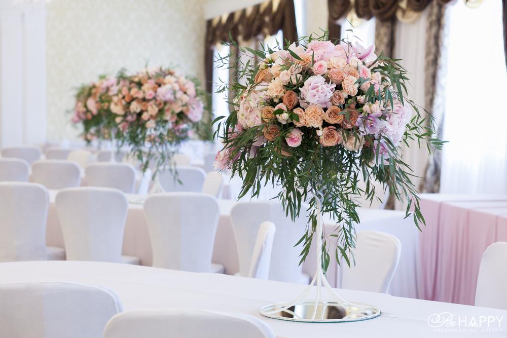 Цветочная композиция банкетный зал свадебный декор Би Хеппи