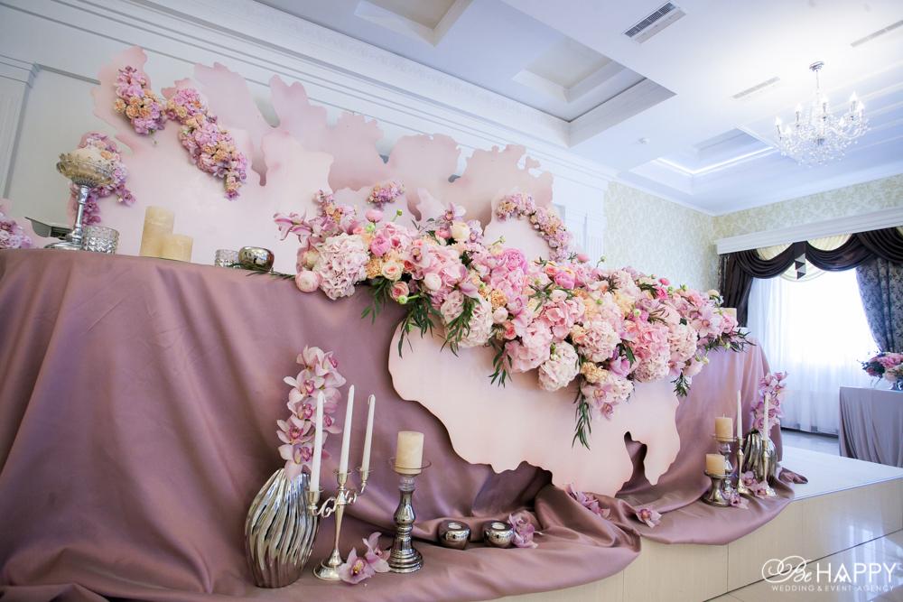 Стол жениха и невесты цветочная композиция и свадебный декор Би Хеппи