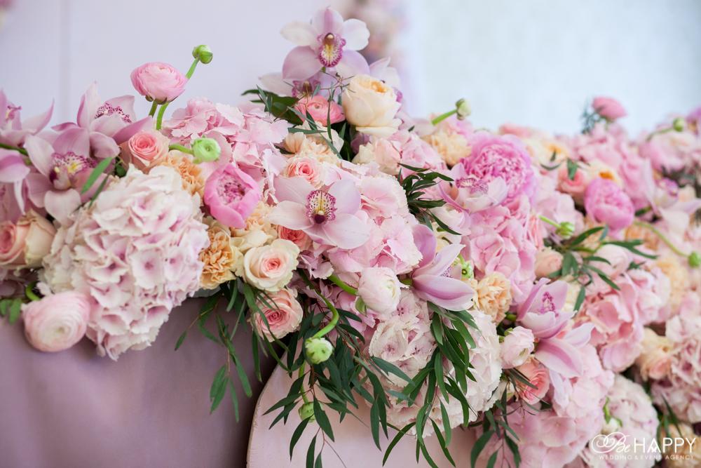 Розовая цветочная композиция из орхидей, роз и гортензий