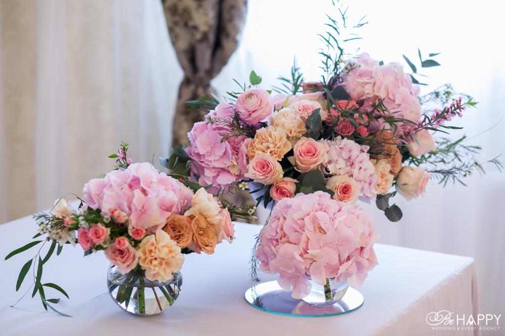 Банкетный зал оформление живыми цветами Би Хеппи
