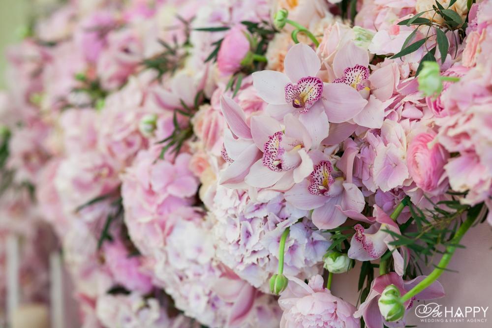 Свадебная арка украшенная живыми орхидеями, розами и гортензиями