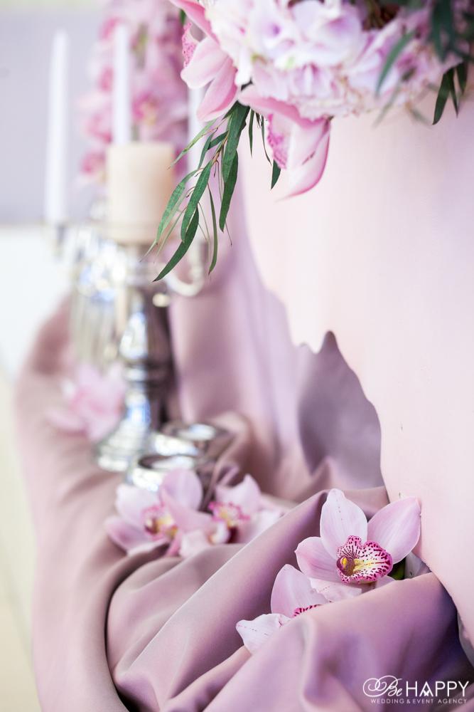 Тканевая драпировка, свечи и розовые орхидеи свадебный декор