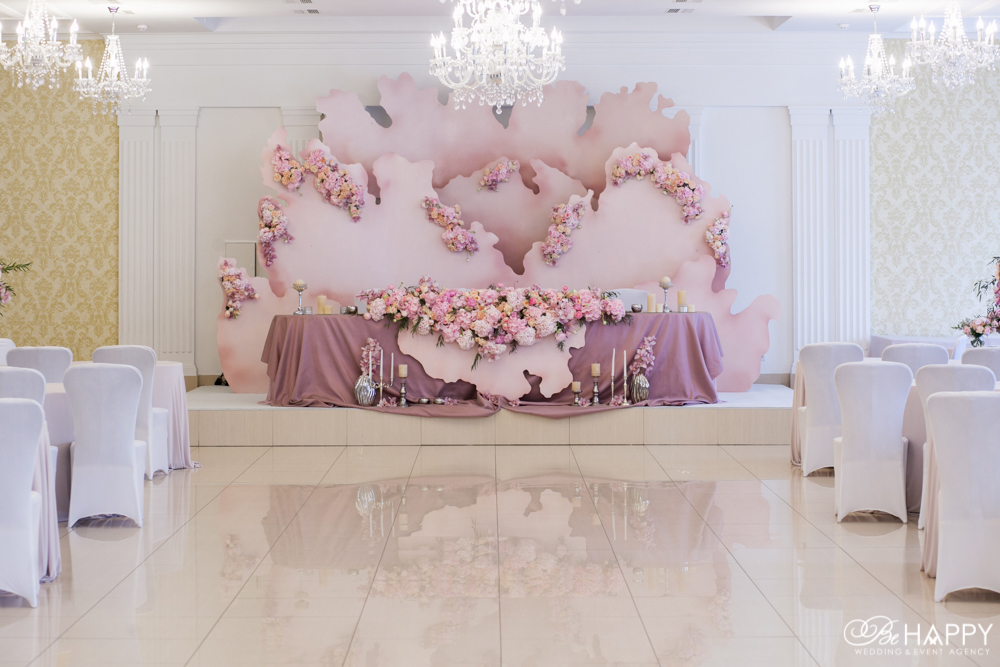 Стол молодоженов украшенный живыми цветами и предметами декора Агентство Би Хеппи