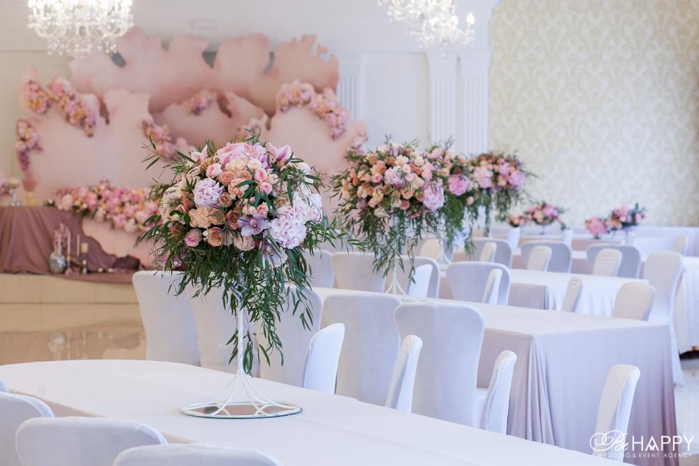 Создание цветочных композиций для оформления банкетного зала Би Хеппи