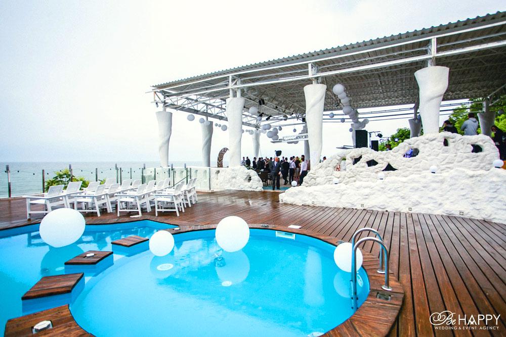 Фото зоны проведения свадебного фуршета на фоне бассейна Би Хеппи