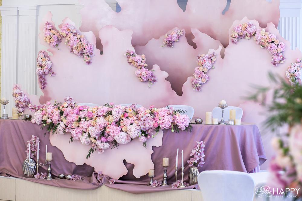 Декоративные элементы и живые цветы украшение стола молодоженов Би Хеппи