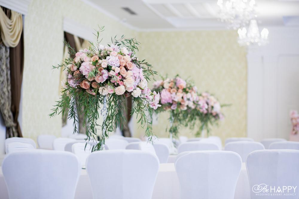 Цветочные композиции для оформления зоны проведения свадебного банкета Би Хеппи