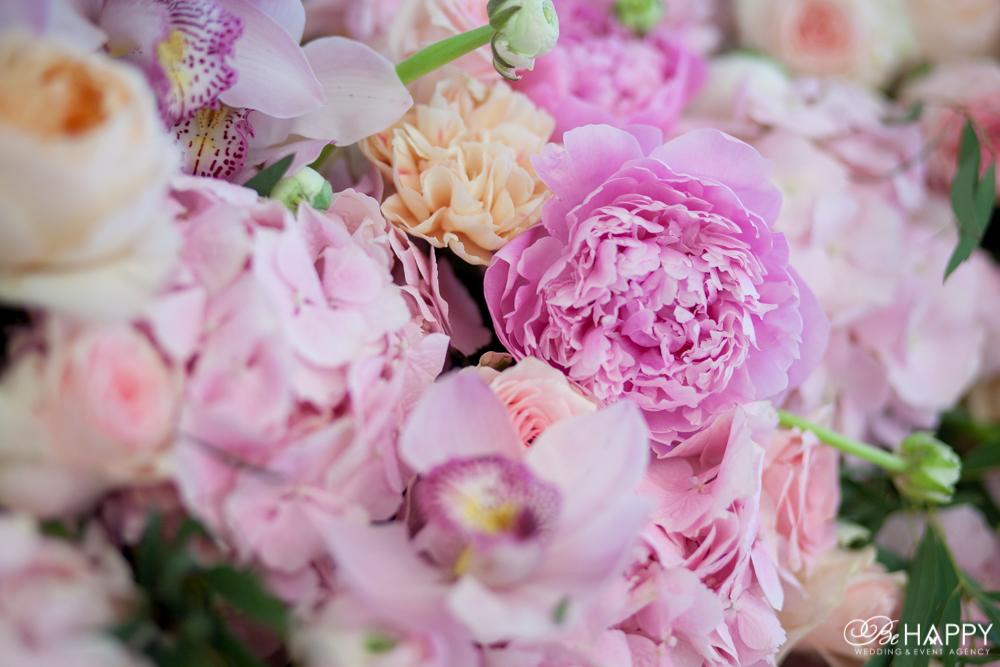 Букет из пионов, роз, орхидей и ранункулюсов свадебный декор бихеппи