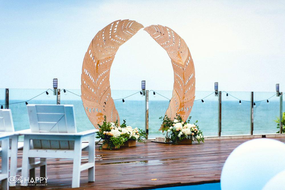 Зона проведения свадебной церемонии арка в виде перьев бихеппи