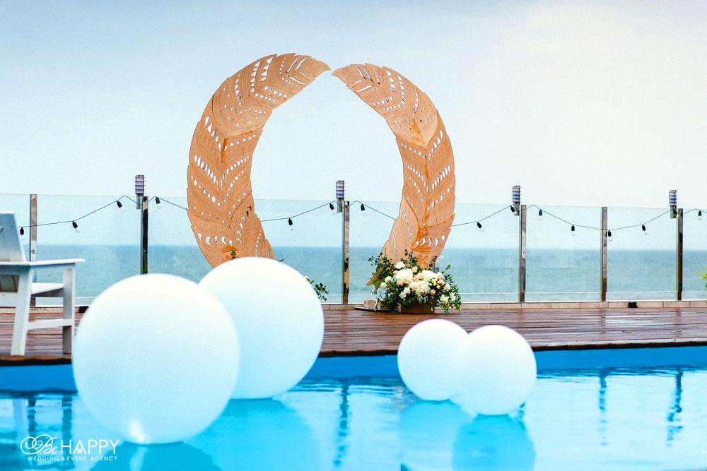 Свадебная арка в виде перьев и цветочные композиции би хеппи Николаев