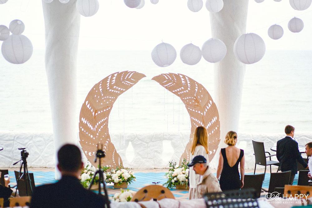 Свадебная арка в виде перьев и белые китайские фонарики свадебный декор