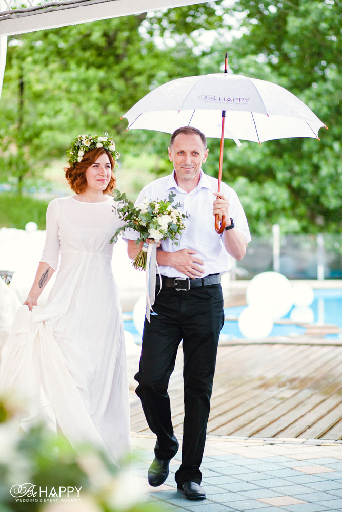 Отец невесты и невеста идут к месту проведения церемонии свадьба Николаев