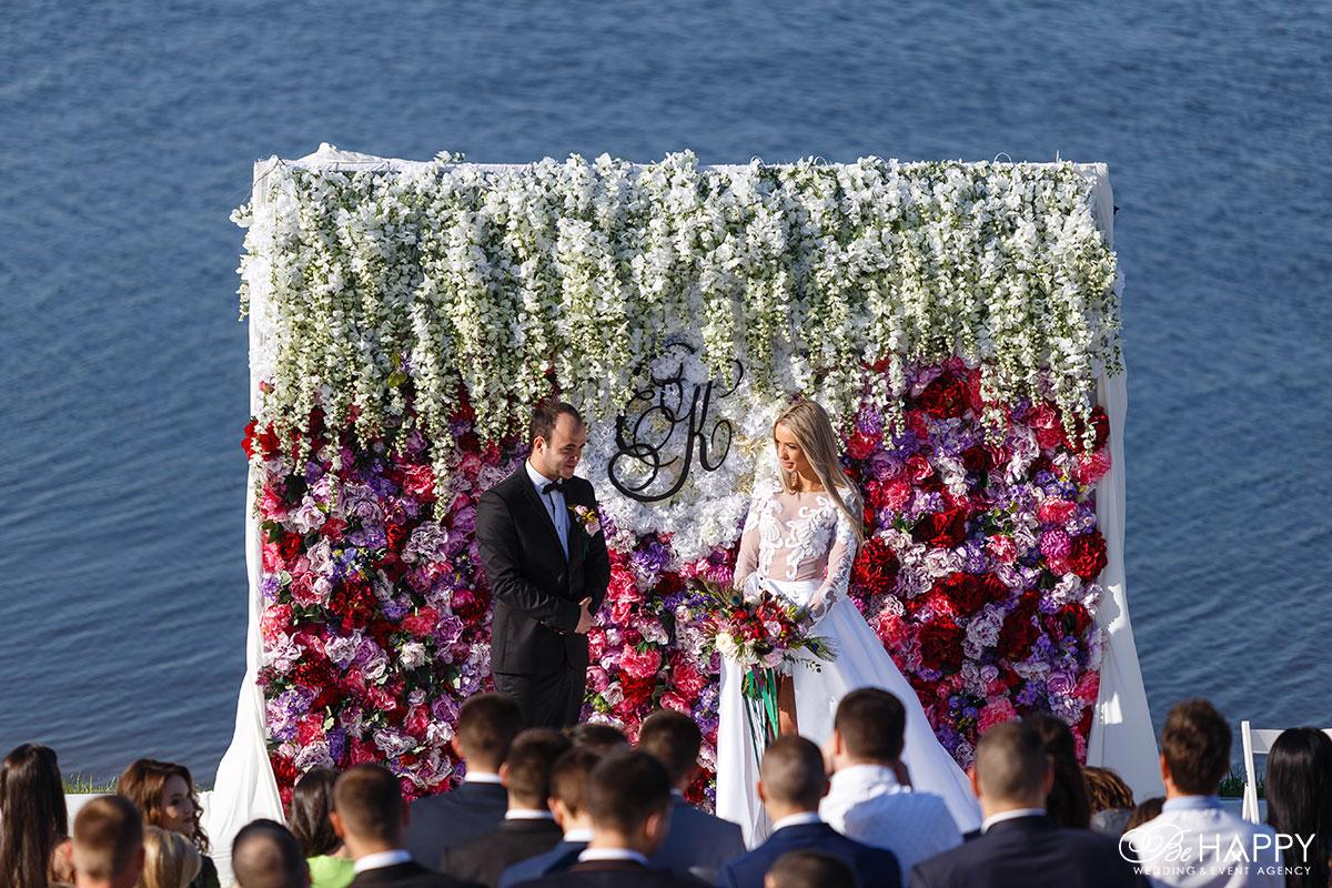 Фото жениха и невесты на церемонии свадьба под ключ Би Хеппи