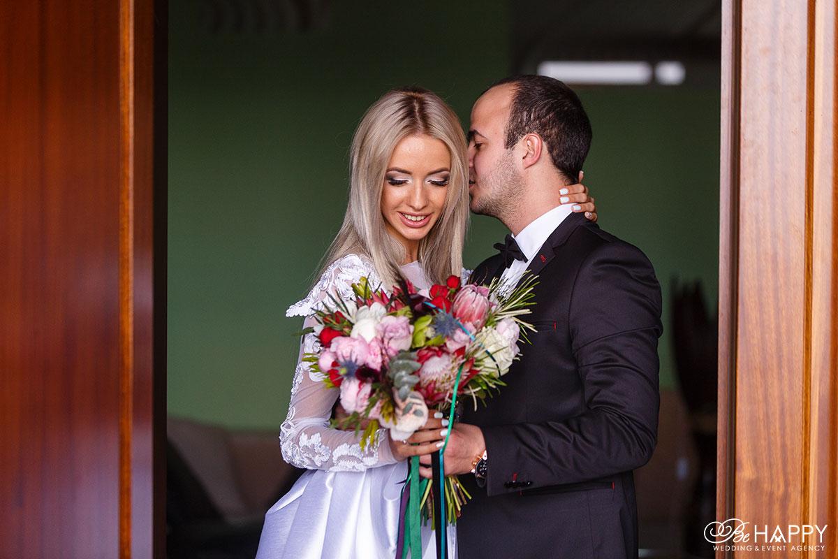 Жених целует невесту свадьба бихеппи Николаев
