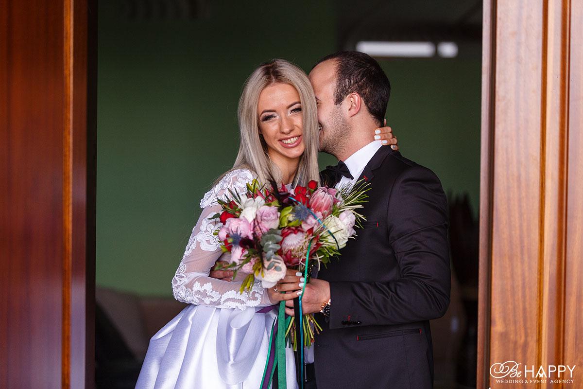 Фото жениха и невесты со свадебным букетом