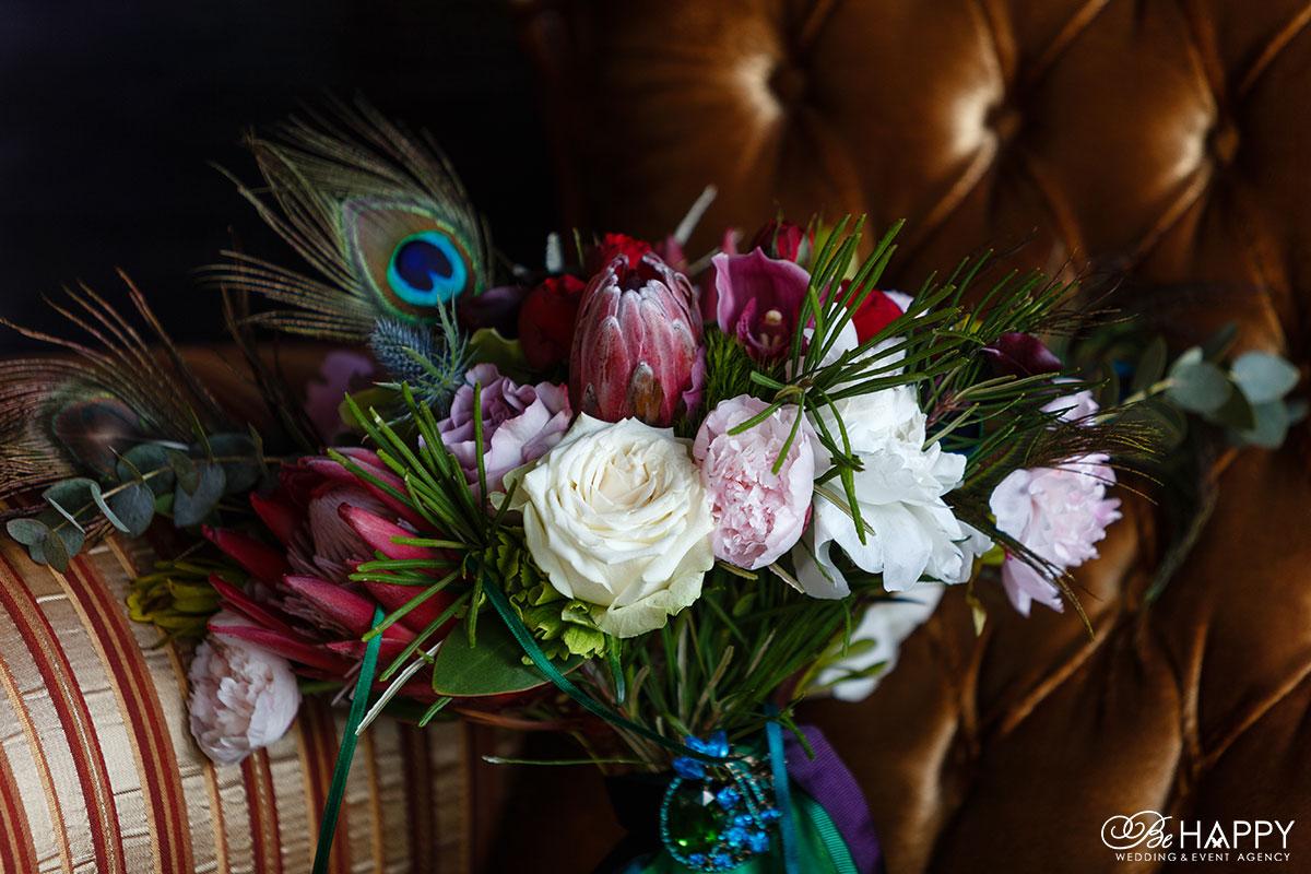Букет невесты из роз и тюльпанов с пером павлина