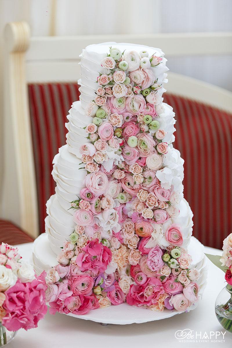 Белый свадебный торт, украшенный цветами свадьба Николаев