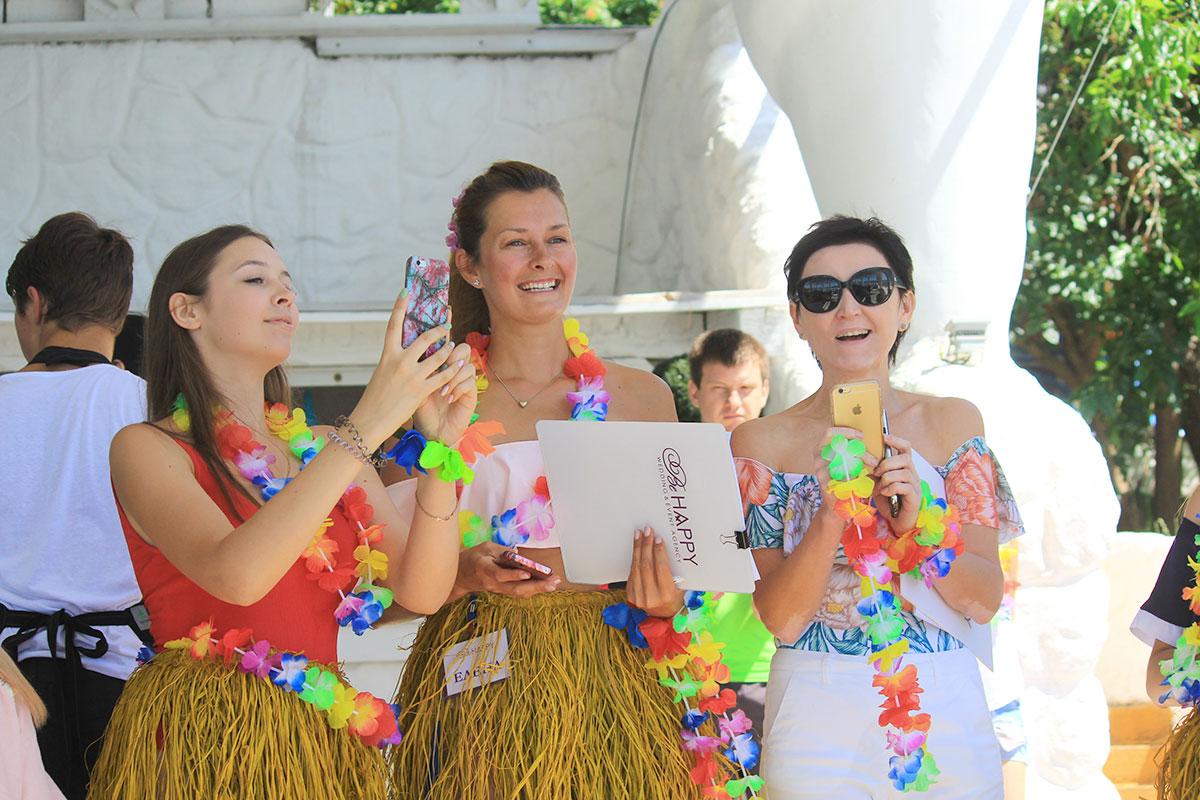 Лариса Яровая на корпоративной вечеринке в гавайском стиле Би Хеппи