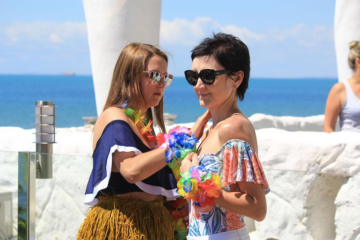 Фото Ларисы Яровой на корпоративной вечеринке в гавайском стиле Би Хеппи