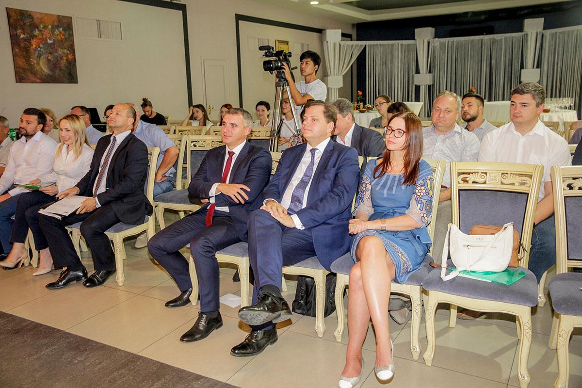 Фото гостей Американской торговой палаты в Украине и Александра Сенкевича