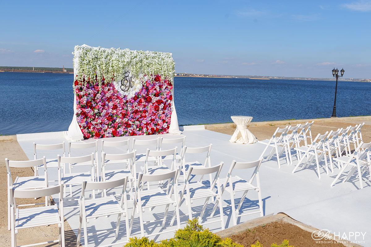 Место проведения выездной свадебной церемонии на фоне реки