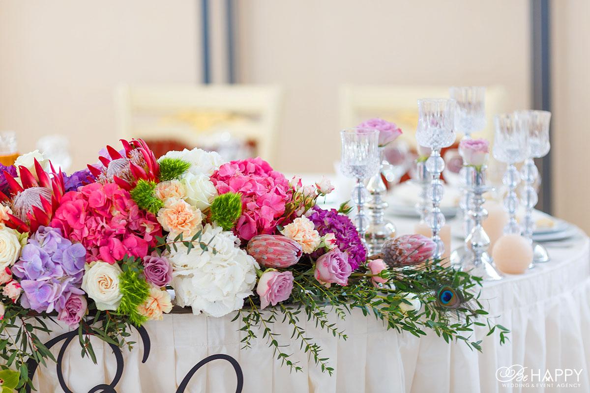 Цветочная композиция с пером павлина стол молодоженов