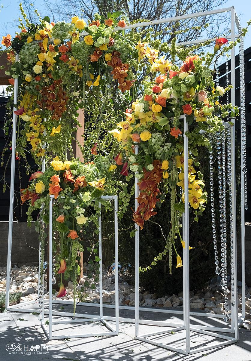Оформление свадебной арки живыми цветами и хрустальными бусами свадебный декор Би Хеппи