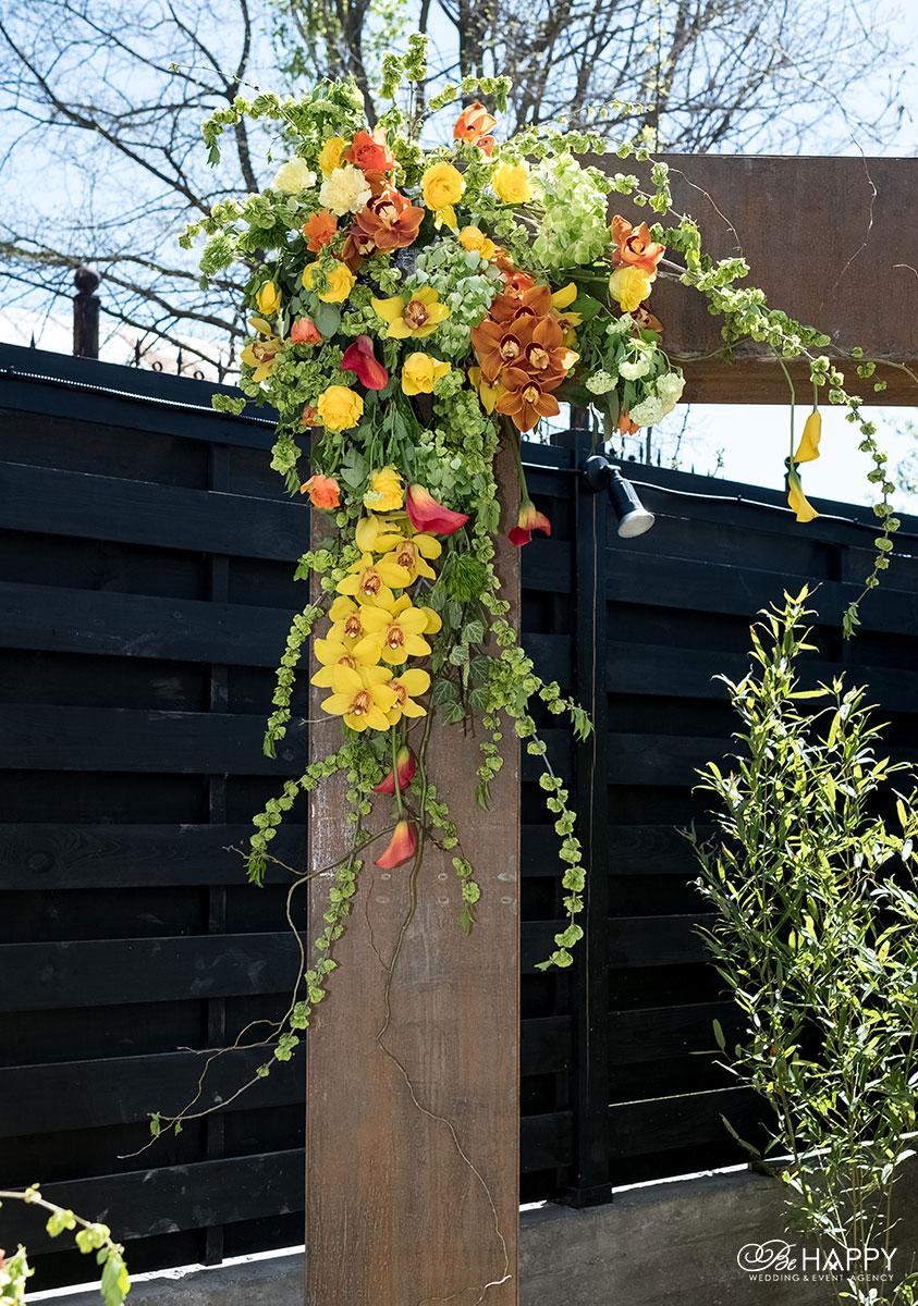 Цветочная композиция из желтых и красных орхидей, роз и зелени