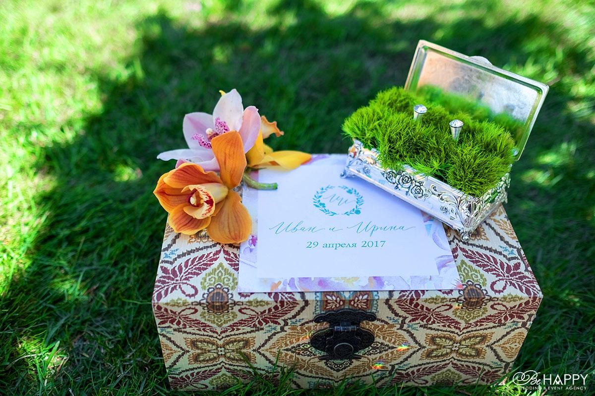 Свадебный декор коробочка для колец и живые орхидеи