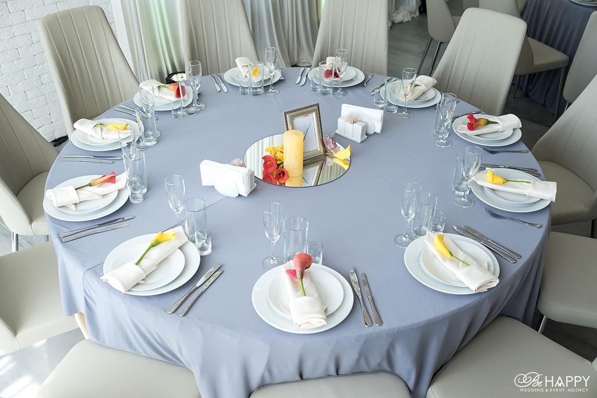 Сервировка стола для гостей с использованием живых цветов