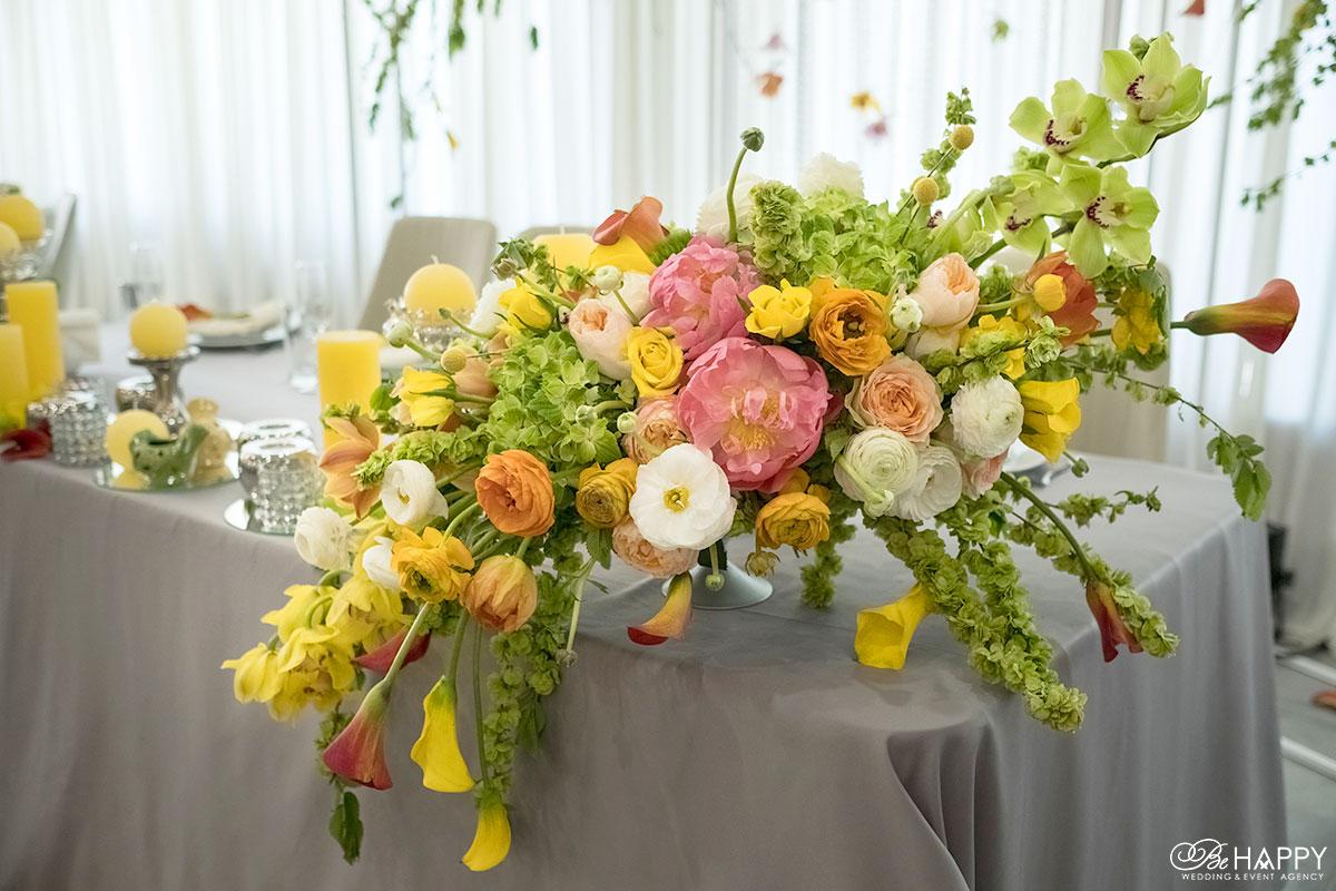 Украшение стола молодоженов живыми орхидеями и декоративными свечами