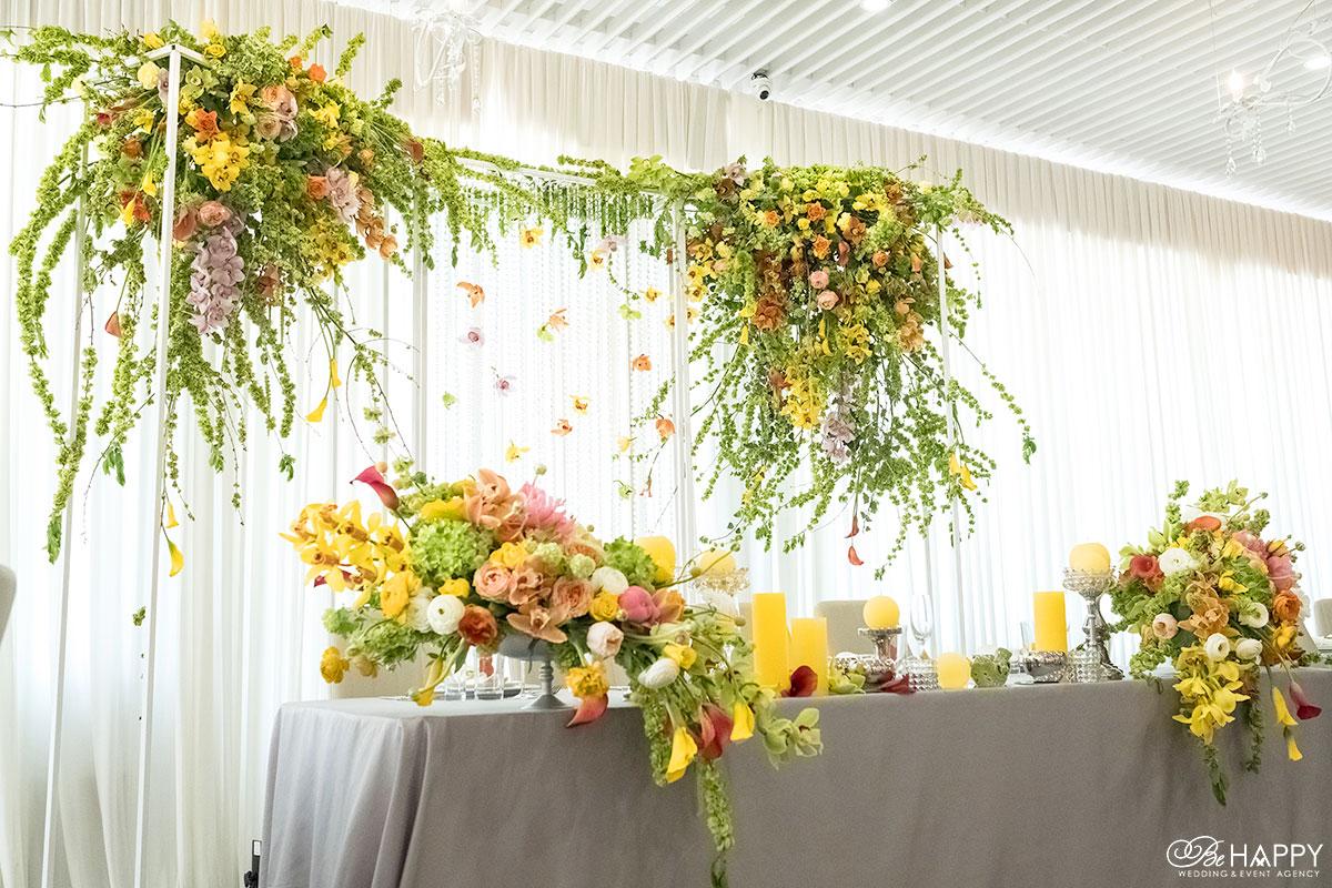 Шикарный стол молодоженов с живыми цветами фото