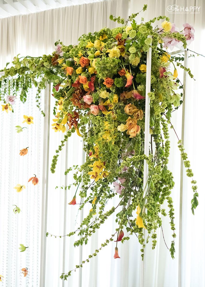 Украшение свадебной арки орхидеями, розами и зеленью