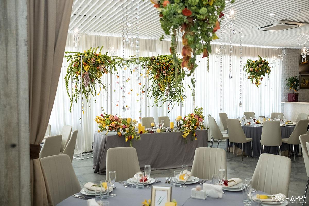 Декоративное украшение живыми цветами банкетного зала свадьба Николаев