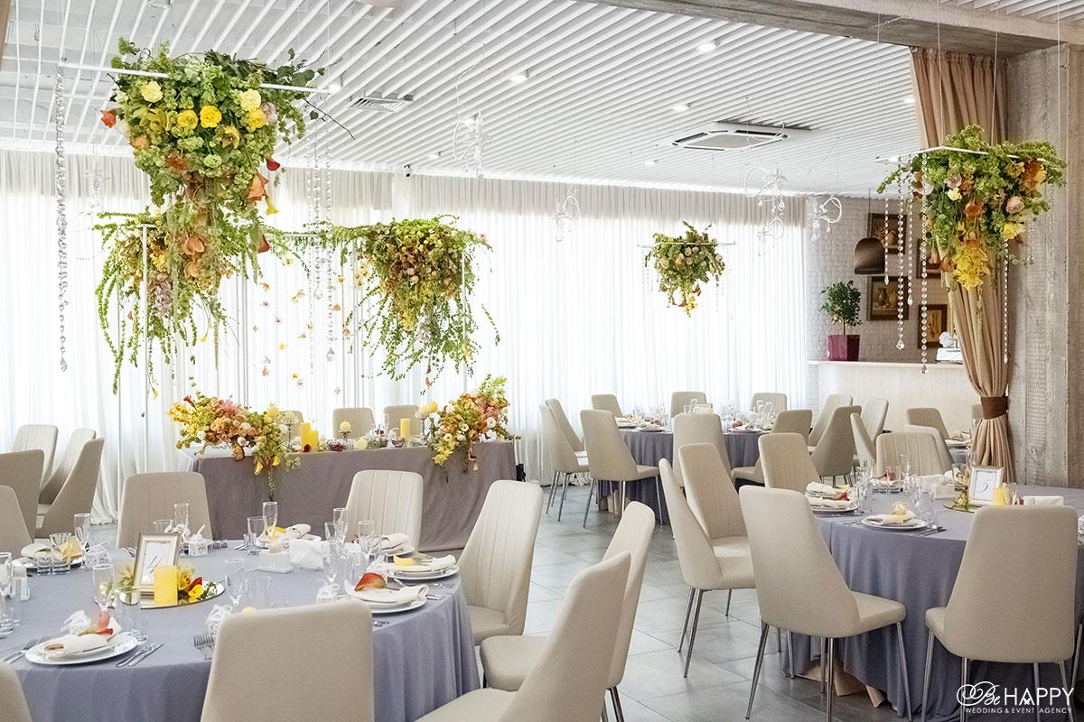 Банкетный зал на выездной свадебной церемонии декор Би Хеппи