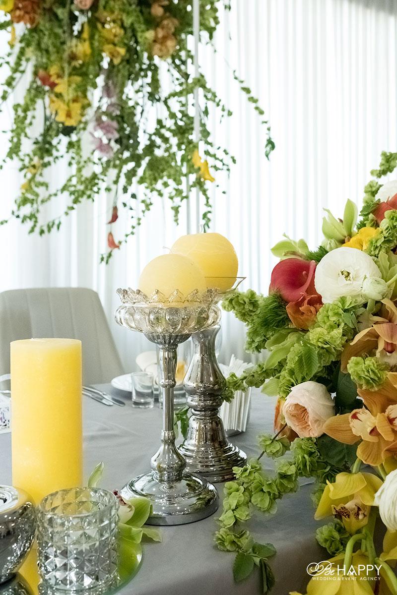 Столы для банкета украшенные живыми цветами и декоративными свечами Би Хеппи Николаев