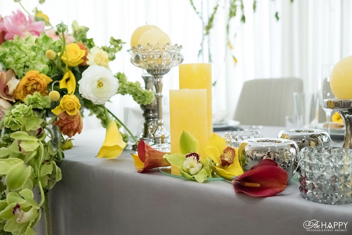 Желтые декоративные свечи и живые орхидеи банкетный стол свадьба Николаев