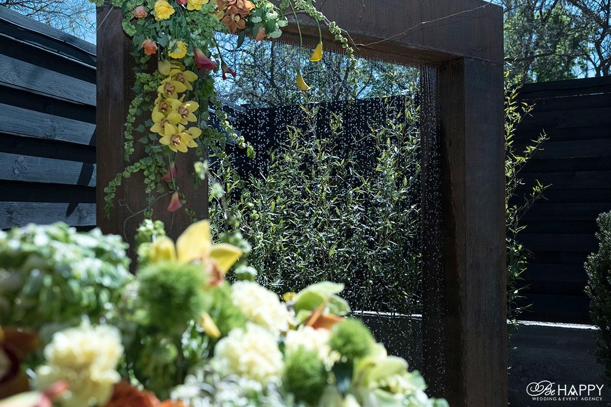 Свадебная арка украшенная живыми желтыми орхидеями и предметами декора