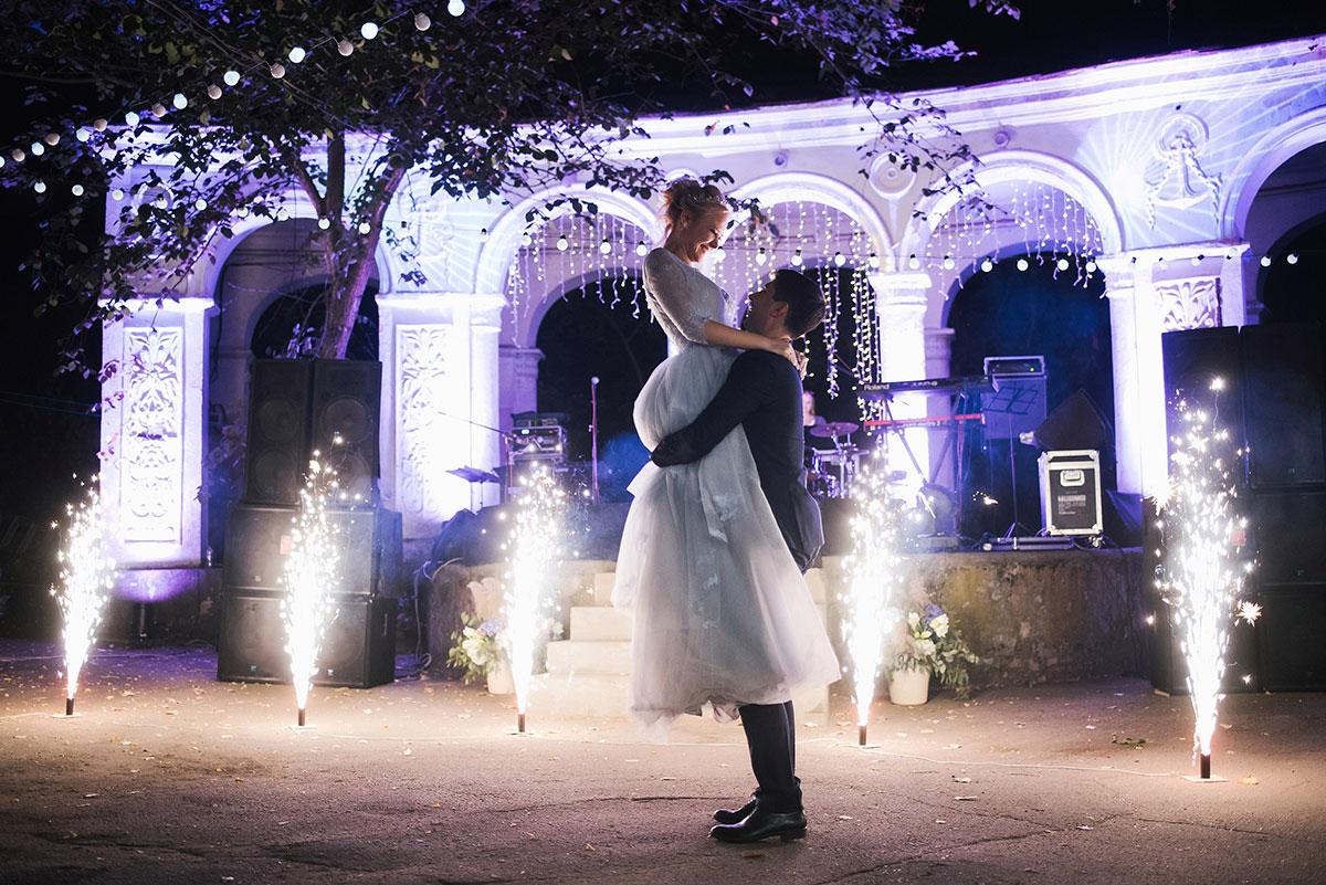 Первый танец жениха и невесты на фоне салюта