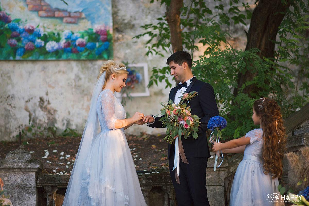 Жених и невеста обмениваются кольцами свадьба бихеппи