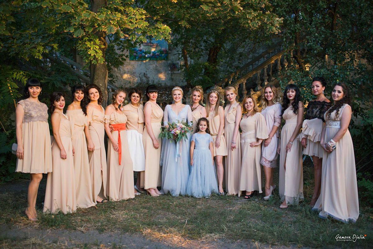 Фото невесты с подружками и гостями на свадьбе выездная церемония бихеппи