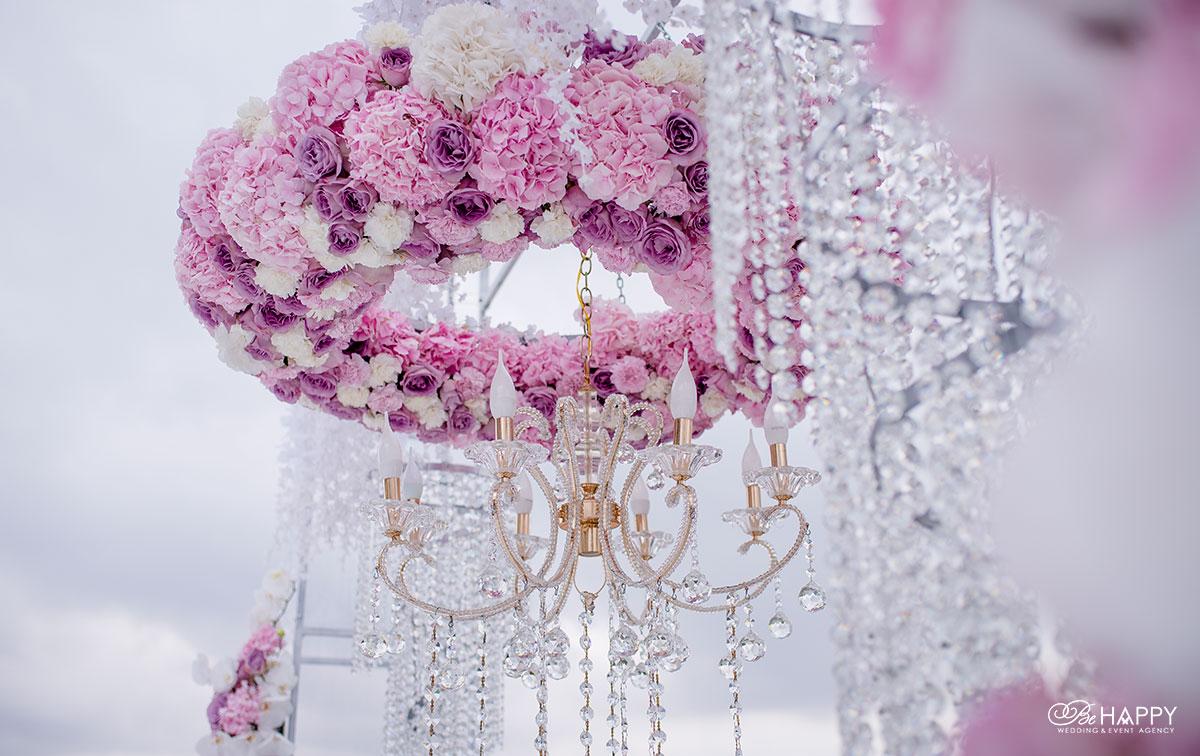 Хрустальная люстра, украшенная живыми гортензиями и розами