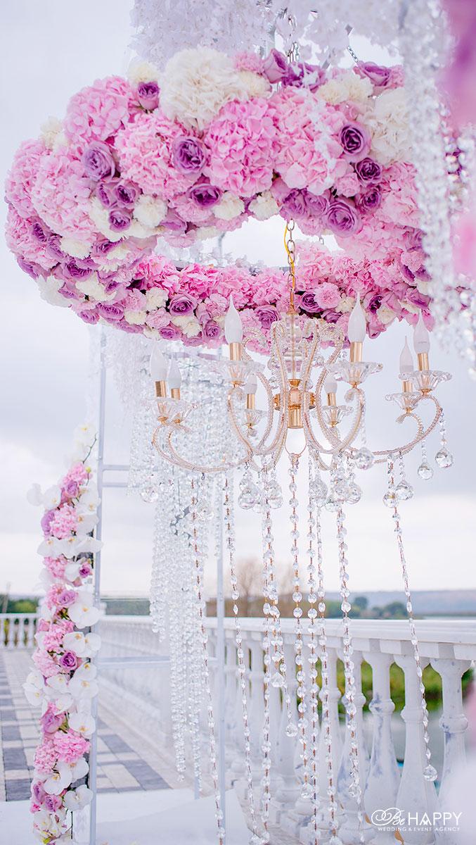 Фото цветочной композиции из розовых гортензий, роз и орхидей