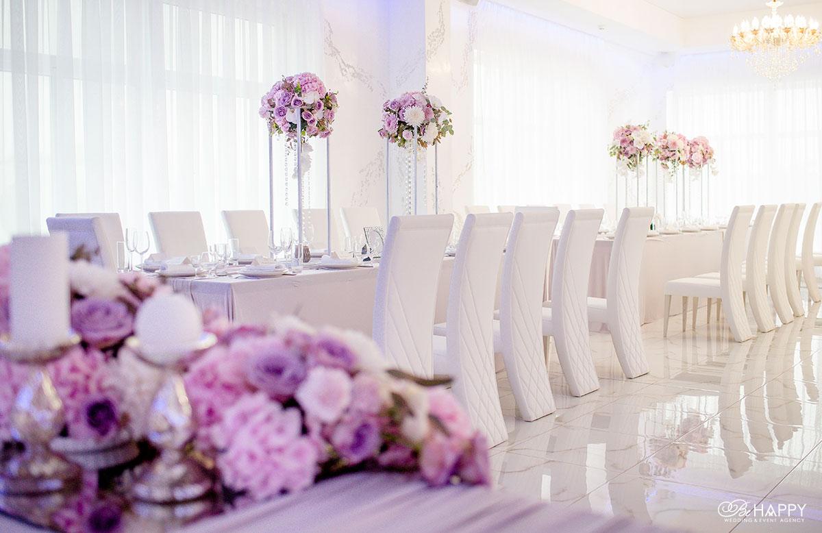 Банкетный зал столы для гостей декоративное оформление бихеппи
