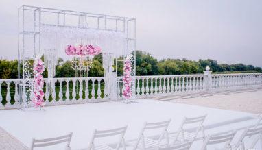 Свадебная арка с декоративными люстрами и живыми цветами Behappy Wedding
