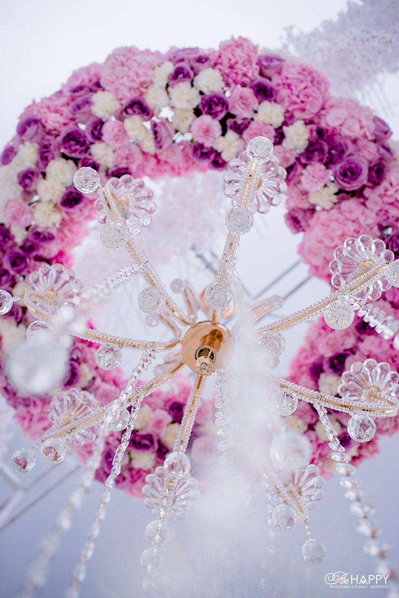 Декоративная люстра украшенная живыми цветами свадебный декор Бихеппи