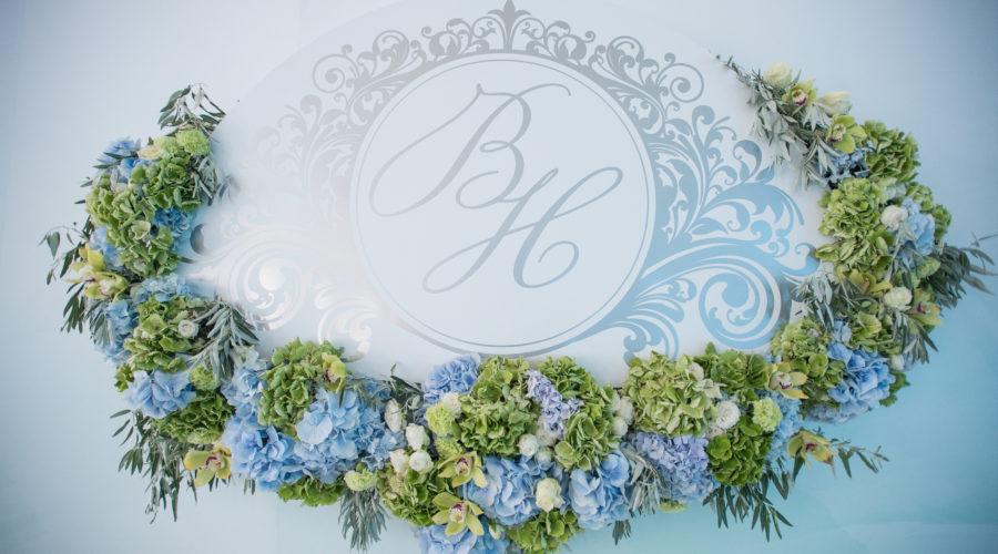 Цветочная композиция из голубых гортензий, роз и орхидей свадьба Николаев